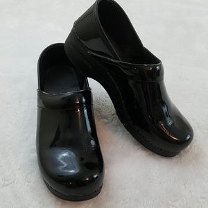 Dansko Sz 41 Black Patent Leather Clogs